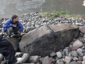 海岸にある矢穴石